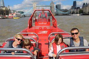 famille dans un bateau rouge sur la tamise