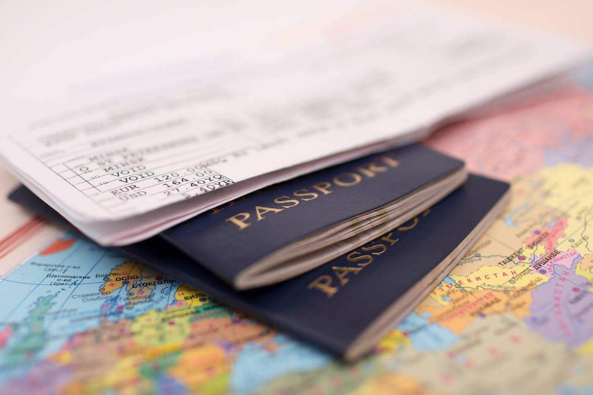deux passeport, des billets et une carte