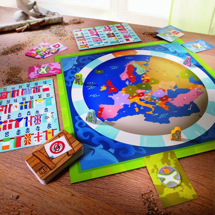 Un plateau de jeu avec carte d'europe et cartes à jouer