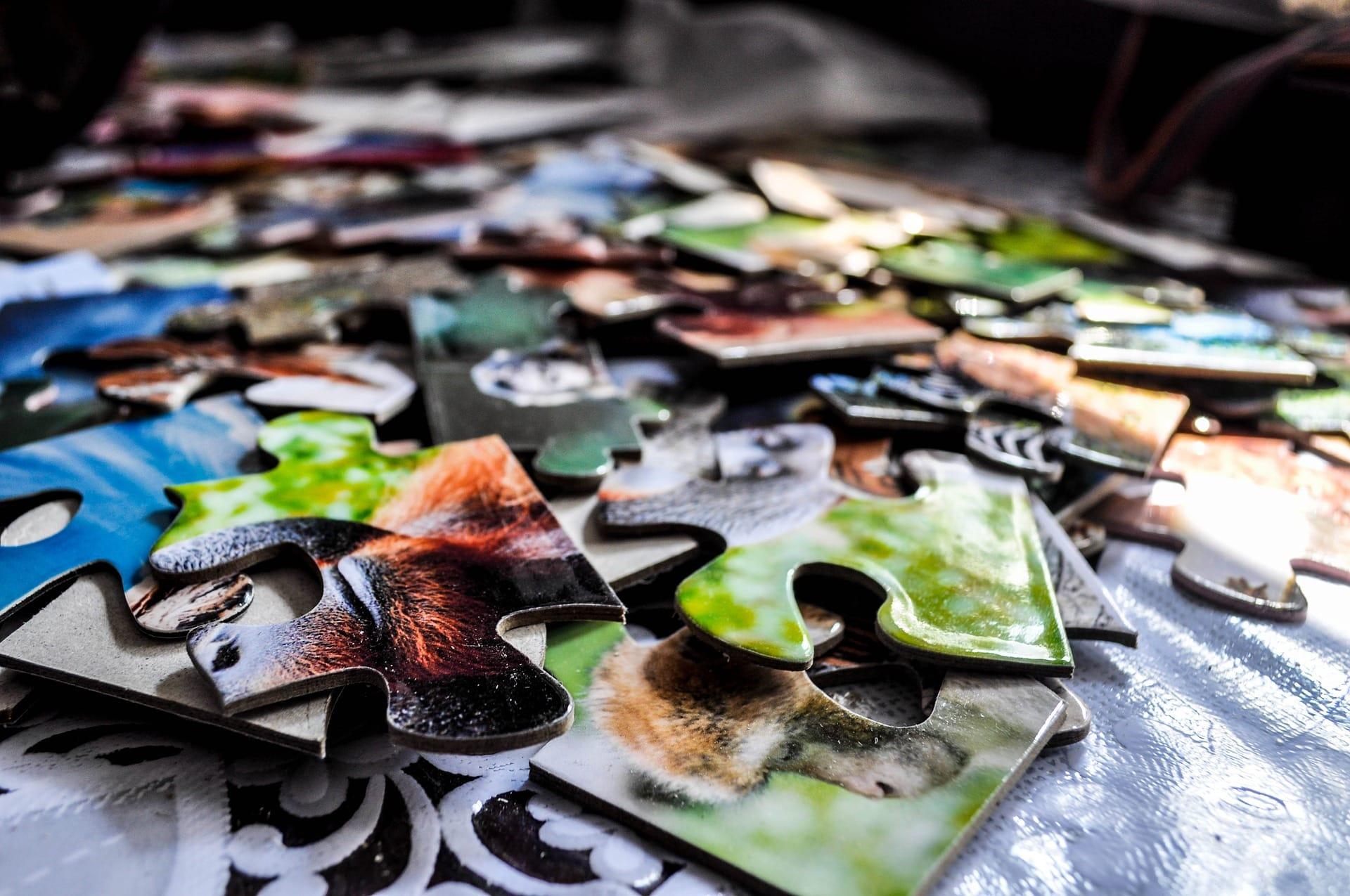 Des pièces de puzzles détachées colorées