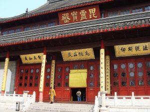 entree d'un temple chinois rouge et blanc